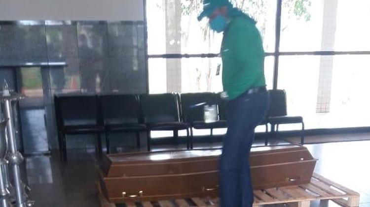O caixão selado com o corpo de Alvar está preso no Distrito Federal - Arquivos Pessoais