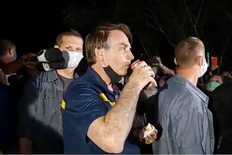 Em um dia com 965 mortos por Covid, Bolsonaro ouve panelas, come cachorro-quente e causa multidões - 23/05/2020 - Poder