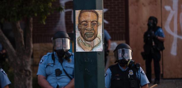 Um policial que aparece com um joelho no pescoço de um negro foi transferido para uma prisão de segurança máxima nos Estados Unidos