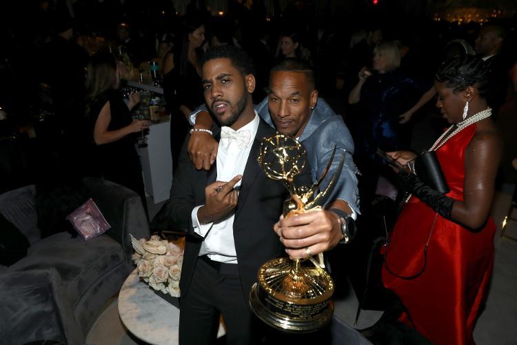 Jharrel Jerome, vencedor do Emmy de 'Eyes That Damn', juntamente com Korey Wise real - Divulgação / Getty Images para Netflix