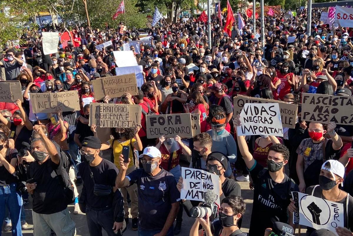 Atos contra Bolsonaro no país revelam rachaduras, causam aglomerações e gritam contra o racismo - 06.07.2020. - Poder
