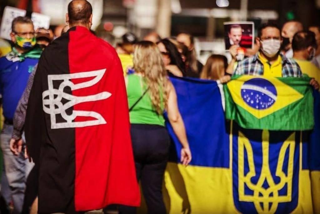 Combinar símbolos com extremismo cria medo entre os ucranianos no Brasil - 07.07.2020. - O mundo