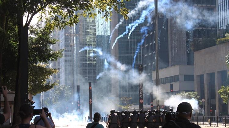 PM dispersa manifestantes na Avenida Paulista, em São Paulo, com bombas de gás lacrimogêneo - Thaís Haliski / UOL