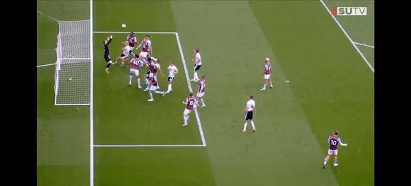 A oferta duvidosa na partida entre Sheffield United e Aston Villa, pelo campeonato inglês, teve os erros de GLT e VAR ignorados