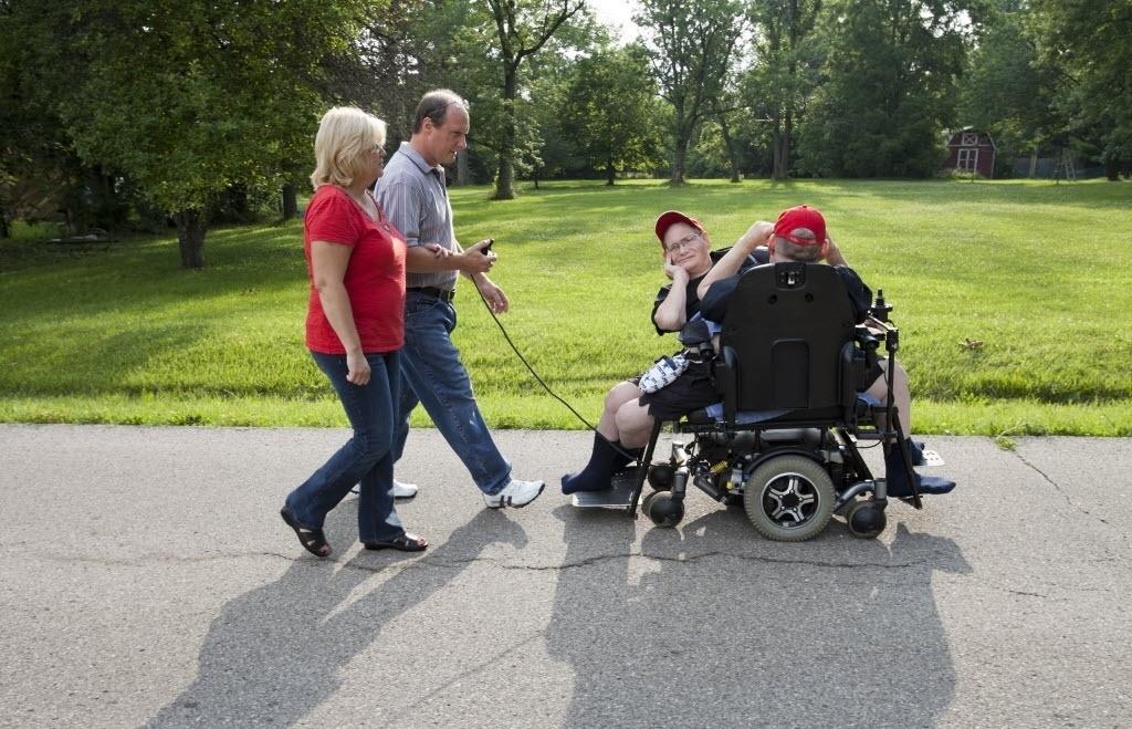 3 de julho de 2014 - Jim Galyon e sua esposa Mary usam um volante de cadeira de rodas dirigido pelos irmãos Donnie e Ronnie de Jim em Beavercreek, Ohio, EUA - Daily News, Drew Simon / AP