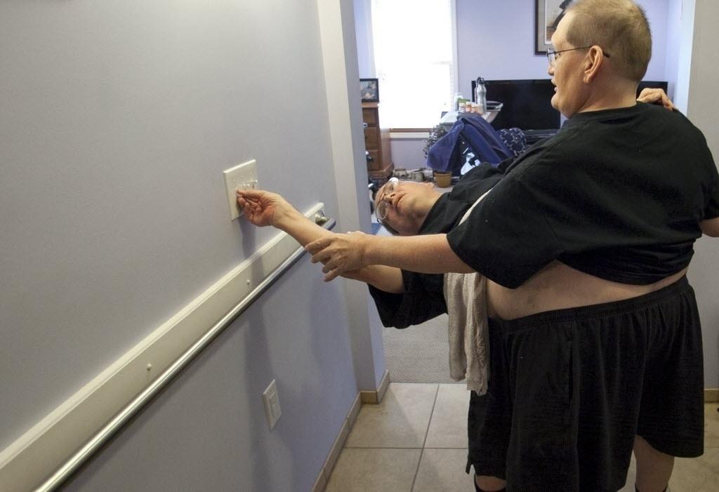 3 de julho de 2014 - Donnie (à esquerda) e Ronnie Galyon, 62 anos, apagam as luzes em sua casa em Beavercreek, Ohio, EUA. O reconhecimento do recorde de irmãos siameses mais velhos pode acontecer em outubro, quando completarão 63 anos e atingirão a idade de falecidos gêmeos siameses italianos - Daily News, Drew Simon / AP