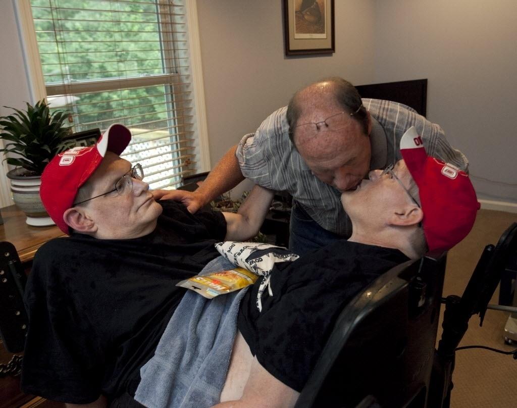 3 de julho de 2014 - Jim Galyon beija seus irmãos, Ronnie e Donnie Galyon, 62, em Beavercreek, Ohio, EUA. Irmãos nascidos em 28 de outubro de 1951 estão perto de serem reconhecidos como os irmãos siameses mais longos - Daily News, Drew Simon / AP