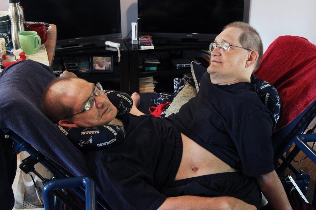 3 de julho de 2014 - Donnie (à esquerda) e Ronnie Galyon, 62 anos, em sua casa em Beavercreek, Ohio, EUA. Irmãos nascidos em 28 de outubro de 1951 estão perto de serem reconhecidos como os irmãos siameses mais longos - Daily News, Drew Simon / AP