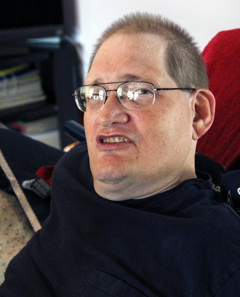 3 de julho de 2014 - Ronnie Galyon em sua casa em Beavercreek, Ohio, EUA. Junto com seu irmão, eles estão perto de quebrar o recorde dos siameses de vida mais longa - Daily News, Drew Simon / AP