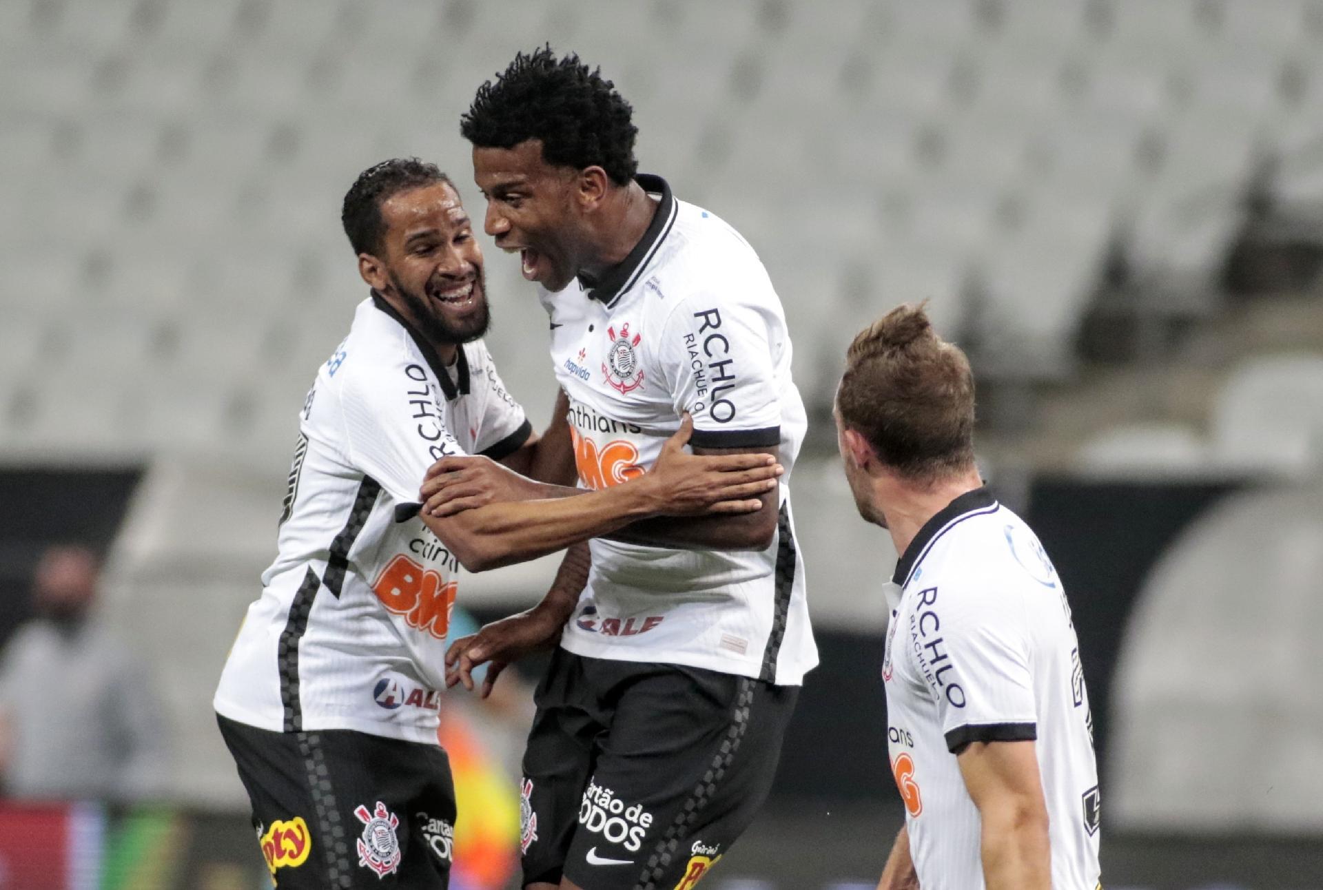 Everaldo abraça Gil após gol do Corinthians contra o Palmeiras - Rodrigo Coca / Agência Corinthians