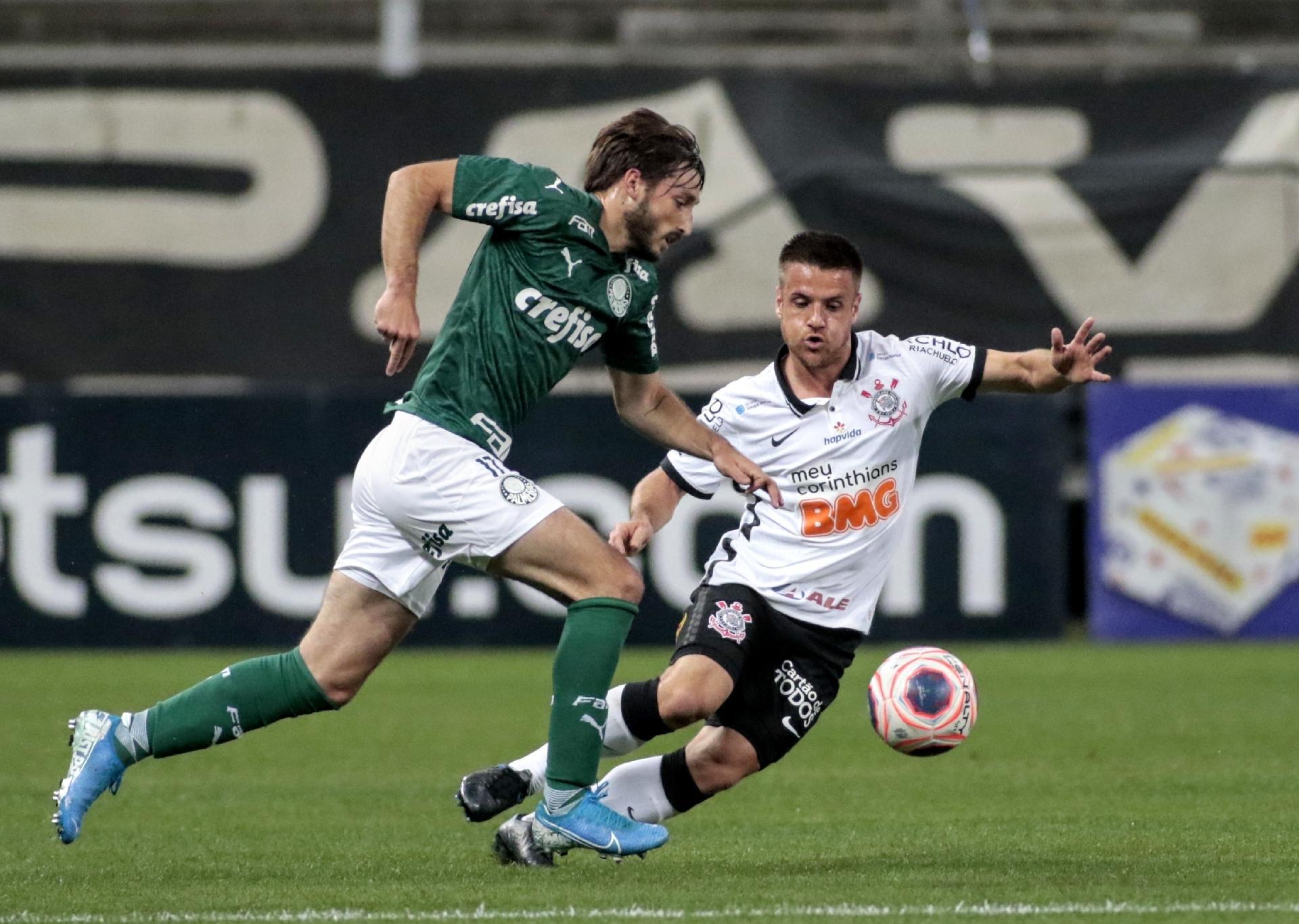 Matías Viña tenta romper ao lado do Ramira, na partida entre Corinthians e Palmeiras - Rodrigo Coca / Agência Corinthians