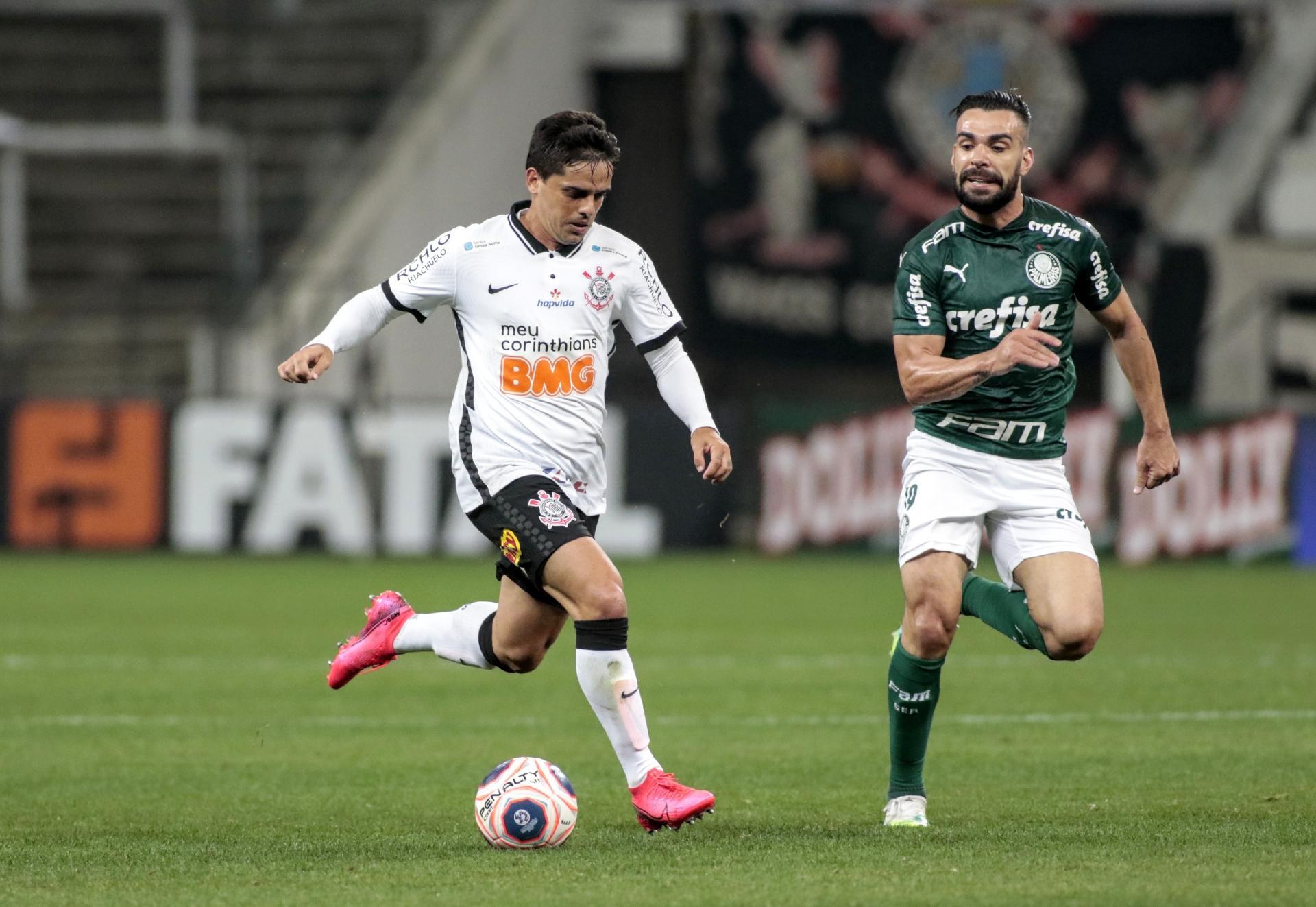 Fagner é acompanhado por Bruno Henrique, durante a partida Corinthians e Palmeiras - Rodrigo Coca / Agência Corinthians