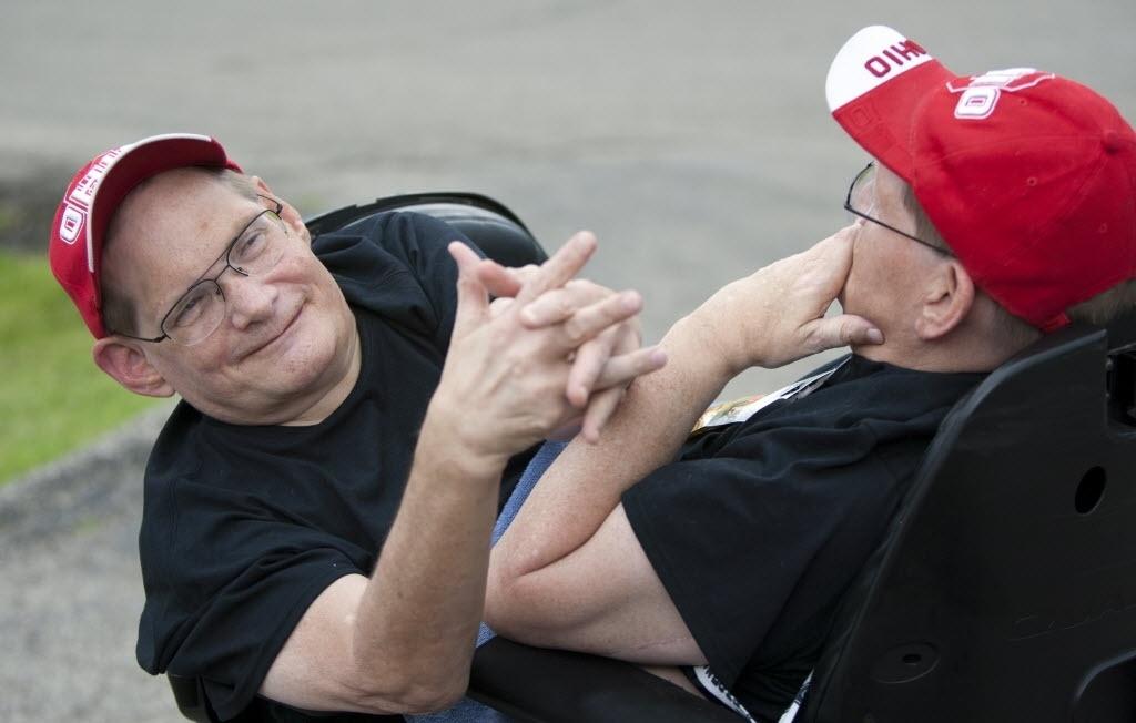 3 de julho de 2014 - Donnie (à esquerda) e Ronnie Galyon, 62 anos, estão em cadeiras de rodas em uma rua perto de sua casa em Beavercreek, Ohio, EUA. Irmãos nascidos em 28 de outubro de 1951 estão perto de serem reconhecidos como os irmãos siameses mais longos - Daily News, Drew Simon / AP