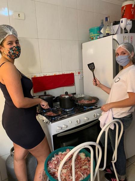 Preparação de cachorro-quente do grupo Quarenteners do Bem, no leste de São Paulo - Arquivo pessoal - Arquivo pessoal