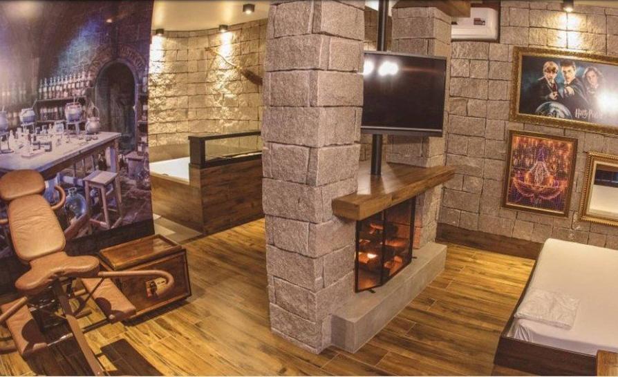 O motel em Ponta Grossa, no Paraná, cria o quarto temático de Harry Potter com itens inspirados na saga de J.K. Rowling - Reprodução / Facebook