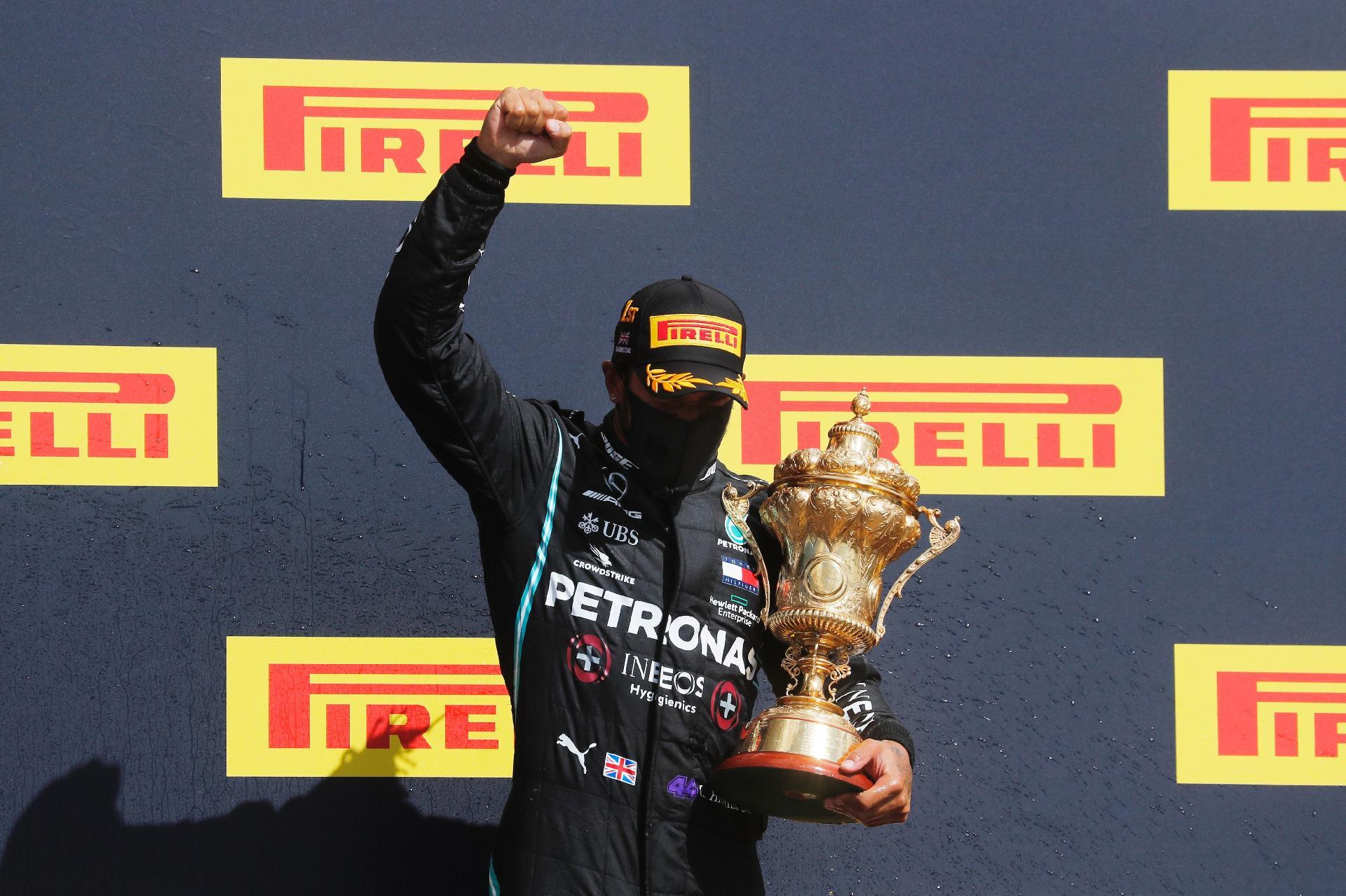 Lewis Hamilton comemora a vitória no Grande Prêmio da Inglaterra em Silverstone - Frank Augstein / Pool via Getty Images