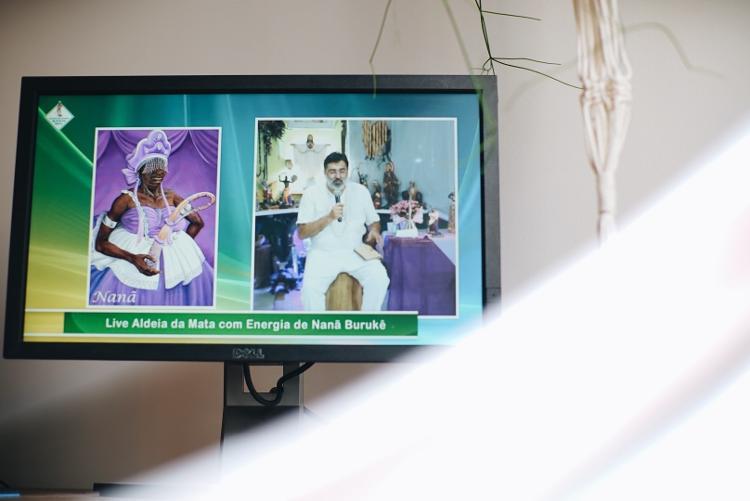 No domingo, o padre Elias Cagnoni mora na cidade de Umbanda, na Aldeia da Mata, fala sobre entidades e orixas, com orações e canções - André Nery / UOL - André Nery / UOL